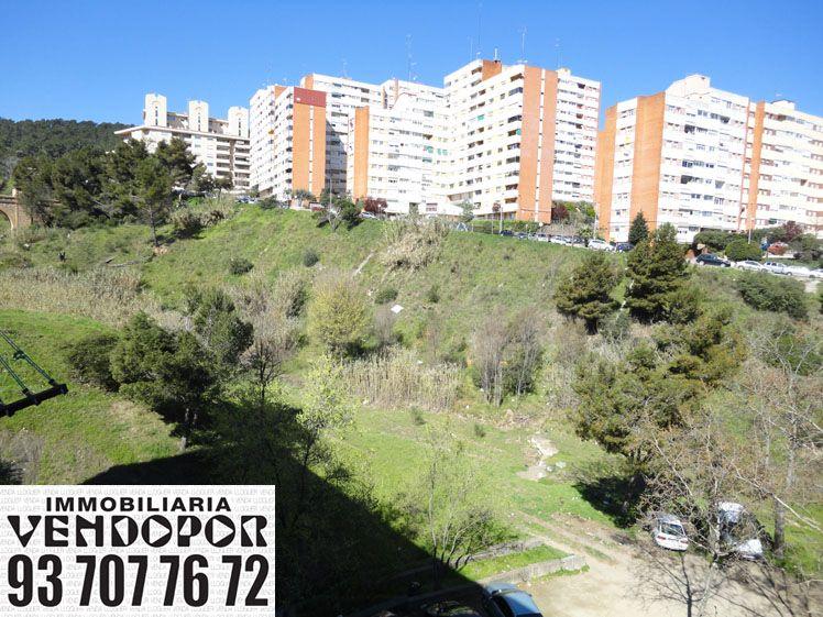 Vista desde la parte inferior de Santa Elvira o Can Cuiàs de Montcada i Reixac de Barcelona. ¿Quieres Vivir en Barcelona? ¡Nosotros le Ayudaremos! ¡Infórmese!