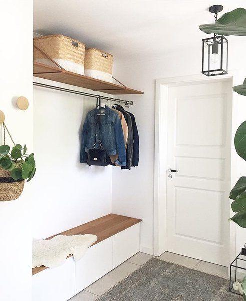 Klopf, klopf. Herein! Und wo steht man zuerst? Na, im Flur natürlich! Der Raum, der einen im Zuhause willkommen heißt. Um ihn schöner zu gestalten, haben wir euch sechs kreative IKEA-Hack-Ideen aus der Community herausgesucht. Heute erfahrt ihr, wie ihr eure Sideboards und Schränke vom großen Schweden aufhübschen oder auch praktischer gestalten könnt.1. Hängende Sideboards mit MALM und METODAls hübsche Ablage für Schlüssel und kleine Dekoelemente wie Kerzenständer oder Vasen eignen sich im Fl...