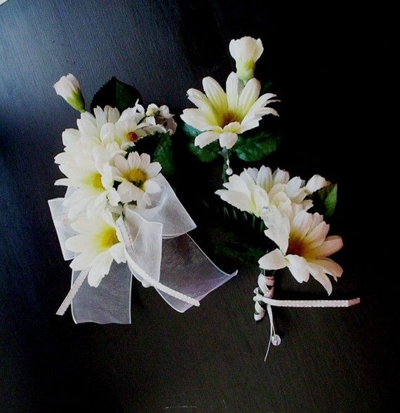 daisy corsages and boutonnieres | wedding | Pinterest | Corsage ...