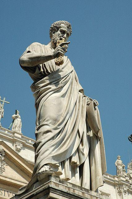Pyhän pietarin patsas Vatikaanissa.
