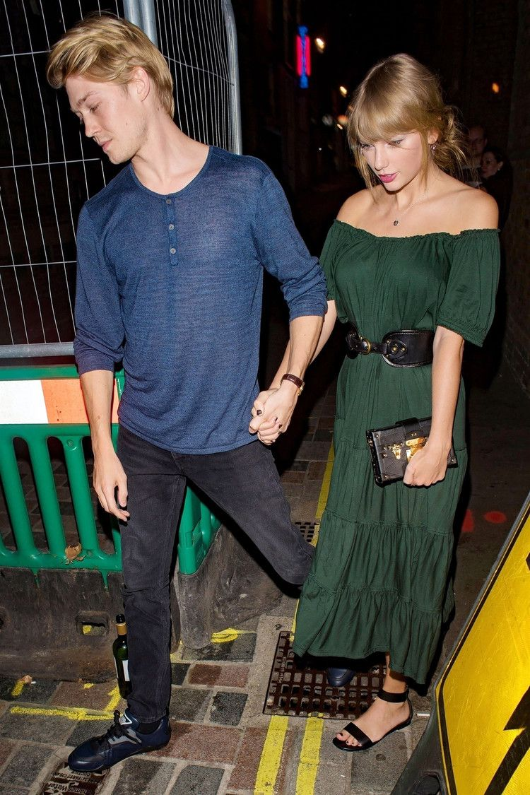 All Dolled Up Taylor Swift And Joe Alwyn Hold Hands On Rare Public Date Night In London Taylor Swift Boyfriends Taylor Swift Street Style Taylor Swift Style