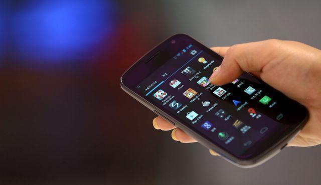 Resultado de imagem para person holding phone