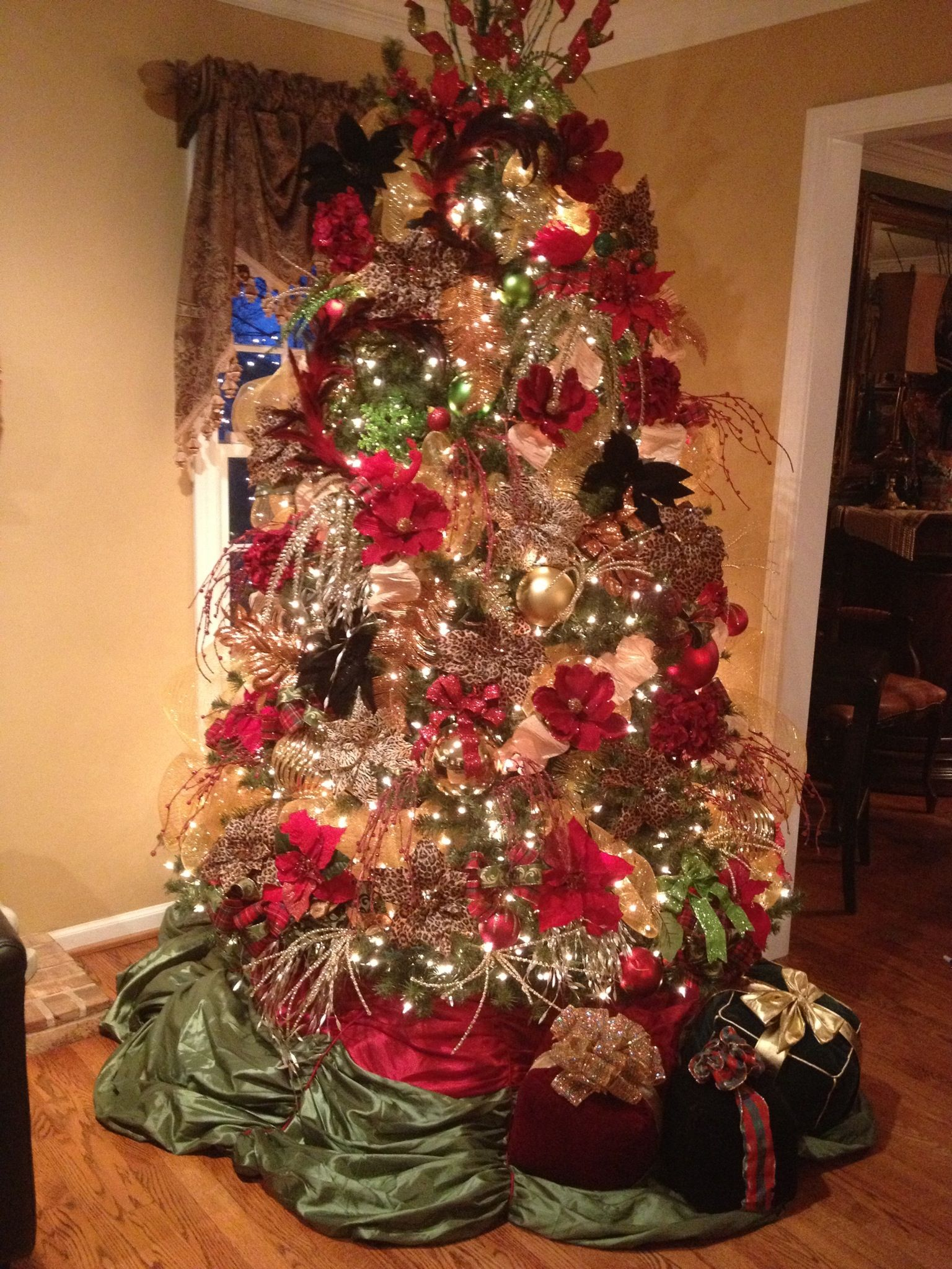Christmas Tree With Red Roses And Love Birds Christmas Christmas Tree Holiday
