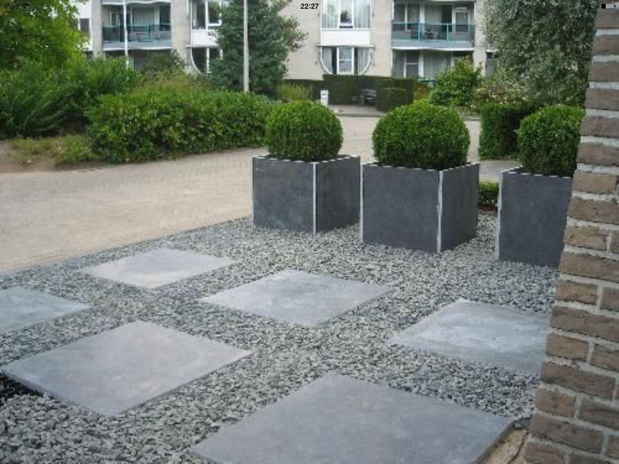 Nog een voorbeeld van de combinatie tegels grind op oprit de allee tuinen pinterest - Tuin ideeen met kiezelstenen ...