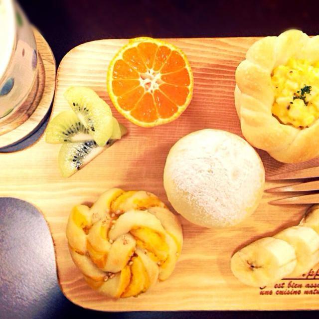 たまごサラダパン、りんごジャムのクリチのパン、かぼちゃ餡のねじりパン☻ ミルクスープとフルーツと  成形楽しいなぁ♪ 次は何パン作ろうか( *`ω´) - 23件のもぐもぐ - 朝焼きパンプレート**。 by kurinayoshlBu
