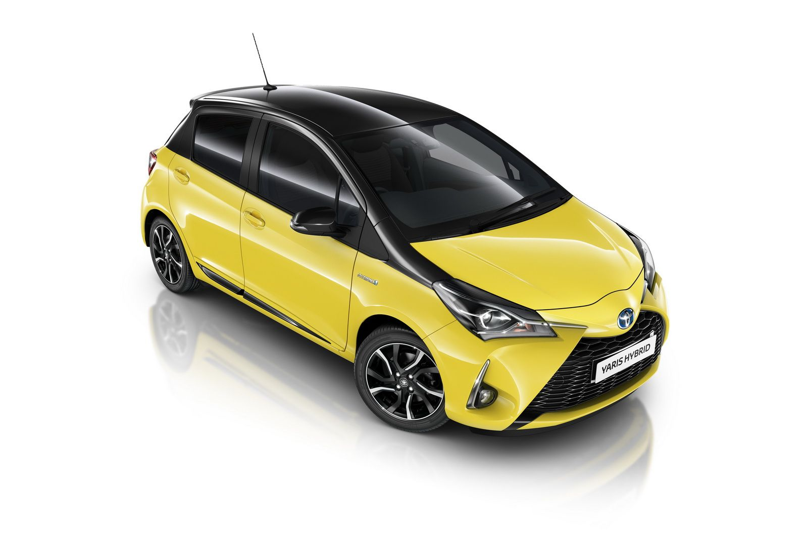 The Yellow Toyota Yaris Debuting In The Uk Toyota Uk Has Come Up With A New Yellow Bi Tone Edition To Its Toyota Yaris Series The Exterior De Yaris Toyota Car