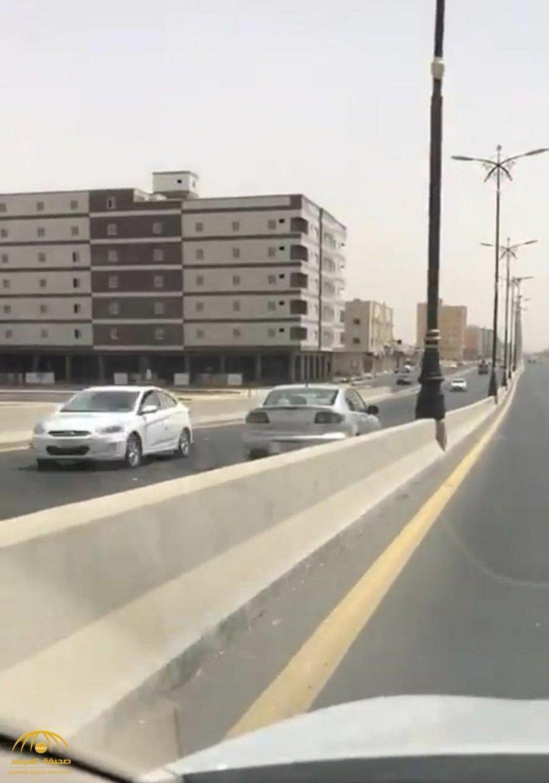 شاهد بالصور سيدة تعكس اتجاه السير أثناء قيادتها السيارة في تبوك وهكذا تعامل معها المرور Structures Road Highway
