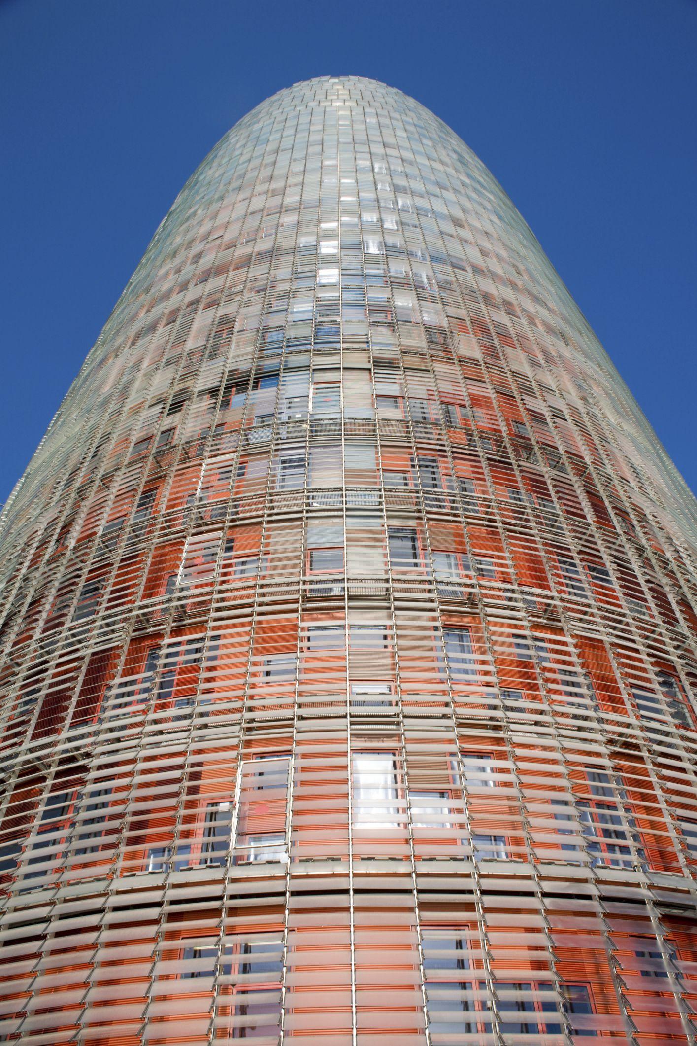 Transparencias, luz y sombras en contraste perfecto. Torre Agbar, Barcelona. Diseñado por Jean Nouvel.