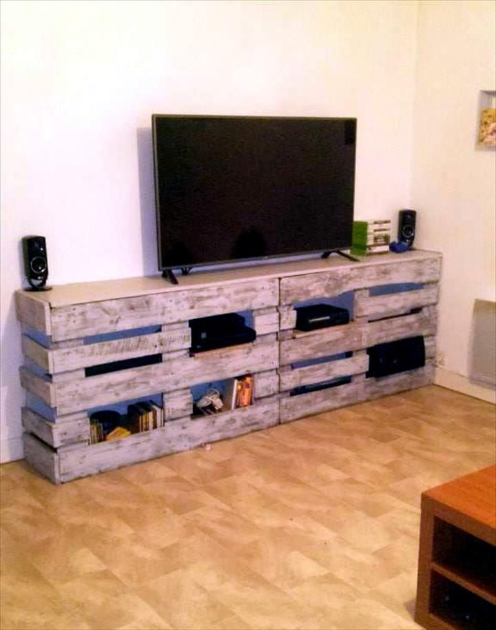 Diy Pallet Tv Stand Or Entertainment Center With Images Diy Entertainment Center Pallet Entertainment Centers Diy Tv Stand