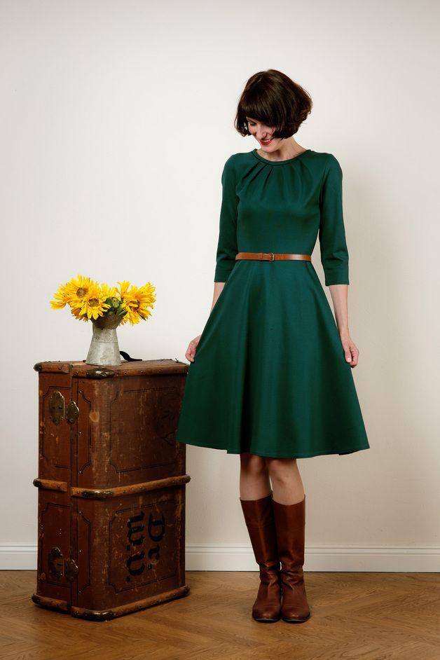 Schlichte Eleganz!    Ein wunderschönes Kleid aus dickerem Jerseystoff mit weitem Tellerrock und7/8 Ärmeln. Besonders hübsch ist der in Falten gelegte Ausschnitt. Das Oberteil ist eng anliegend...