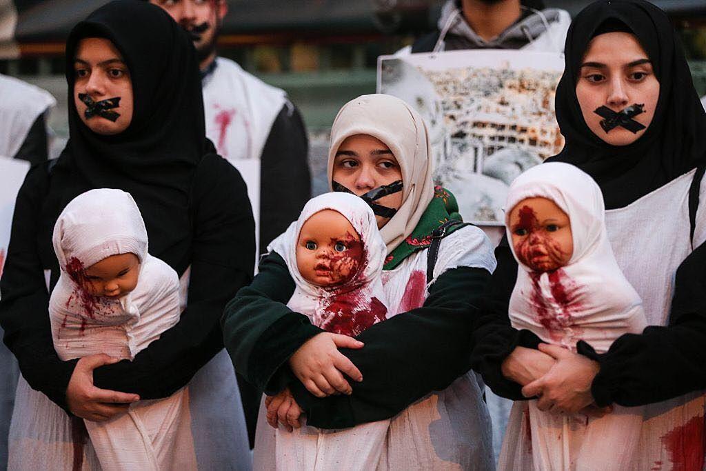 صورة لمتظاهرين في تركيا مكممي الأفواه وهم يحملون دمى ملطخة بالدماء في مشهد تمثلي يحاكي معاناة الأطفال في حلب ويندد با Instagram Posts Instagram Phone Wallpaper