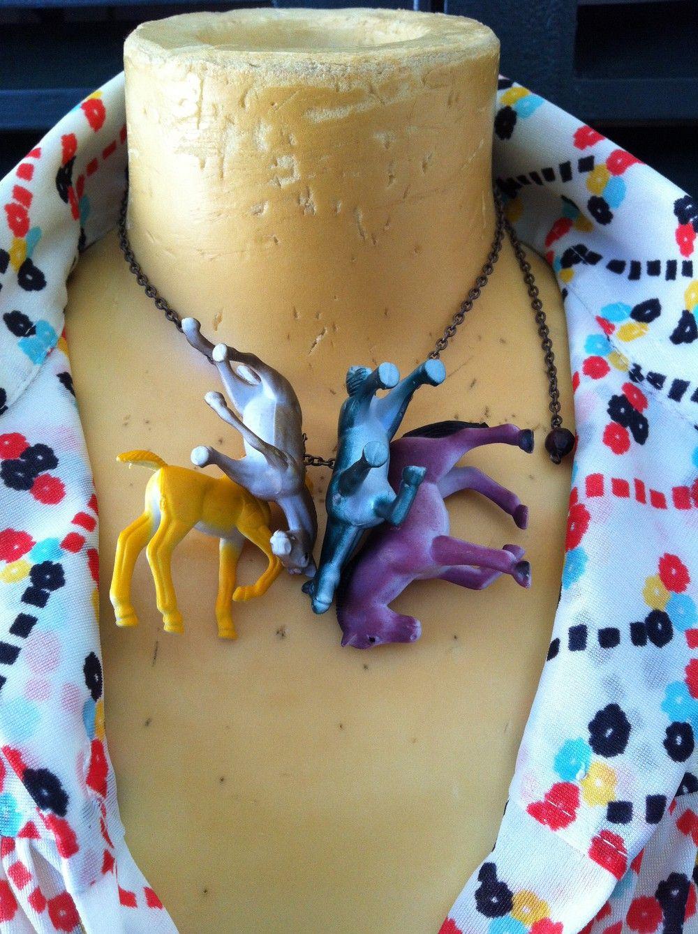 Gargantilla estampida caballos natural. $27  via Bahía, confecciones, recuerdos y puestas de sol.. Click on the image to see more!