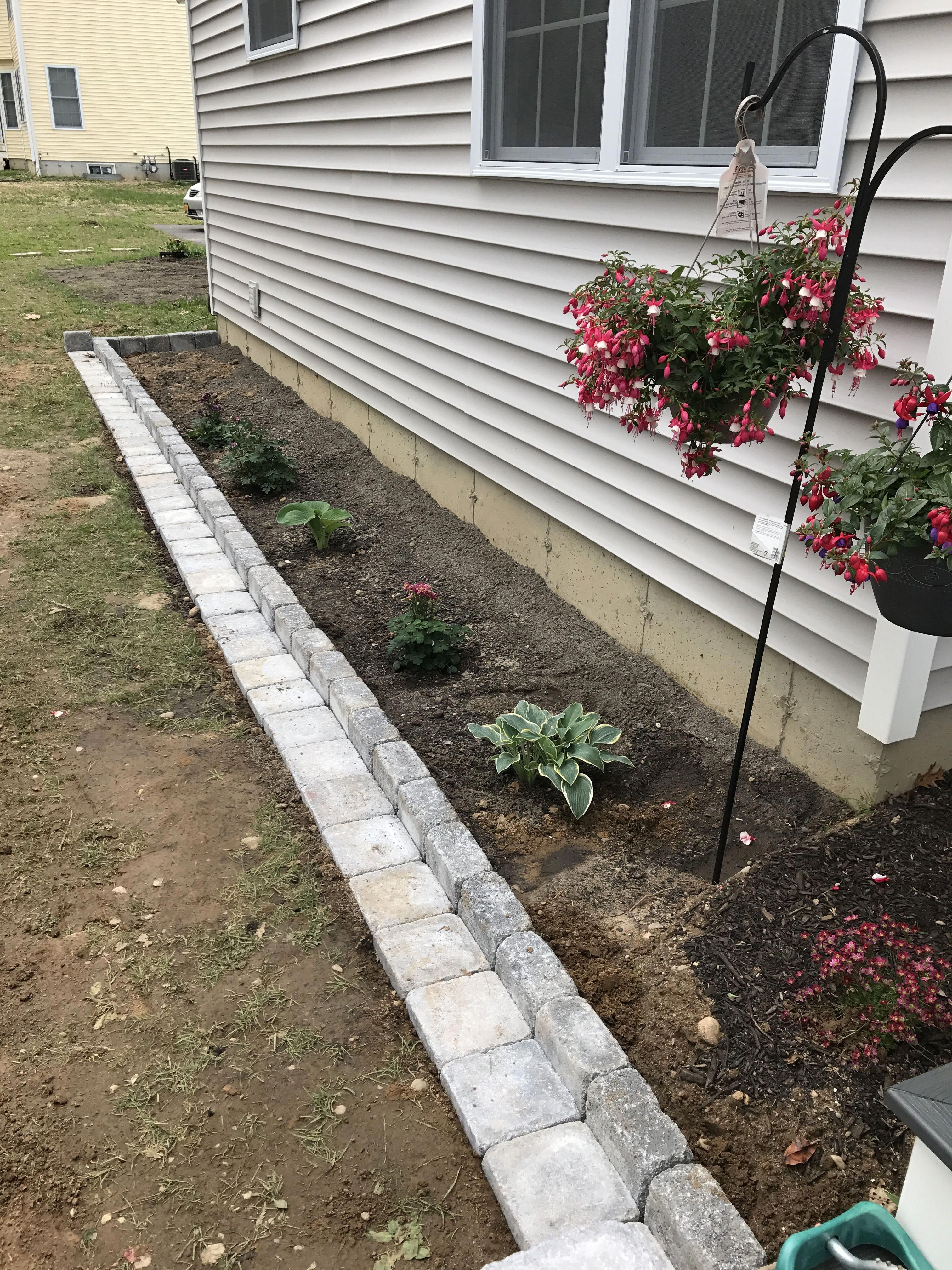 Backyard landscaping. This allows for easy mowing right up to the edge of the flower bed without needing to trim! Made with Rumblestones! #easyfrontyardlandscaping #flowerbeds