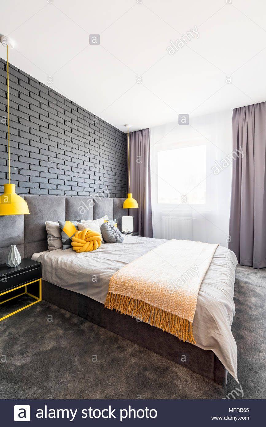 Moderne Grau Und Gelb Schlafzimmer Innenraum Mit Bequemen Bett