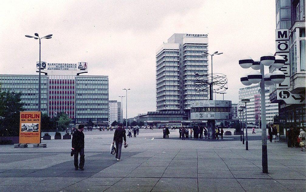 Weltzeituhr Am Alexanderplatz In Den 90ern