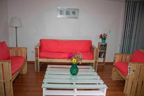 Muebles de madera reciclada tarima palet mesa sala for Reciclado de palets sillones
