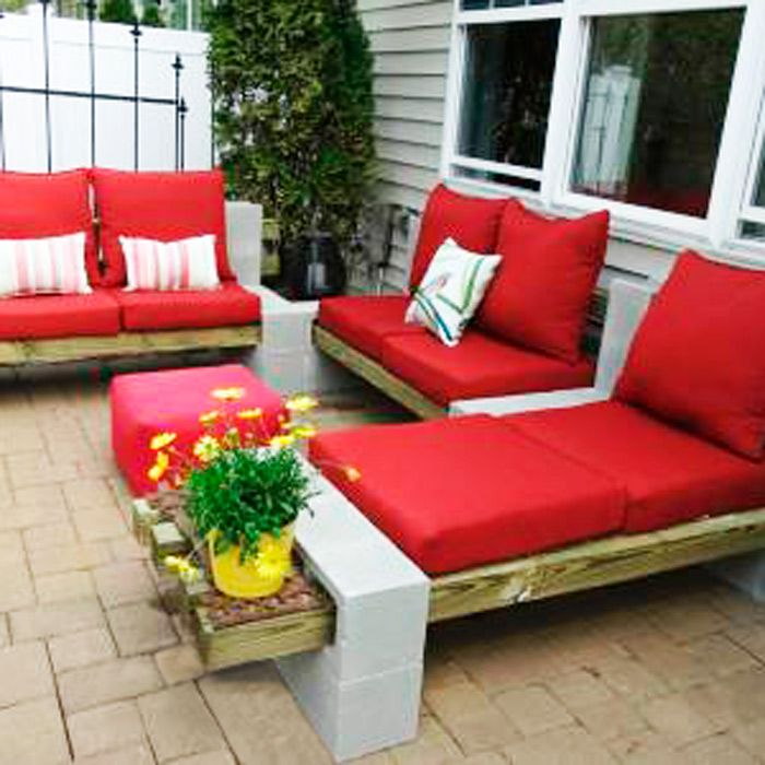 Using only cement blocks 4x4s and cushions she created a u shap lounge area it s - Idee lounge outs heeft eet ...