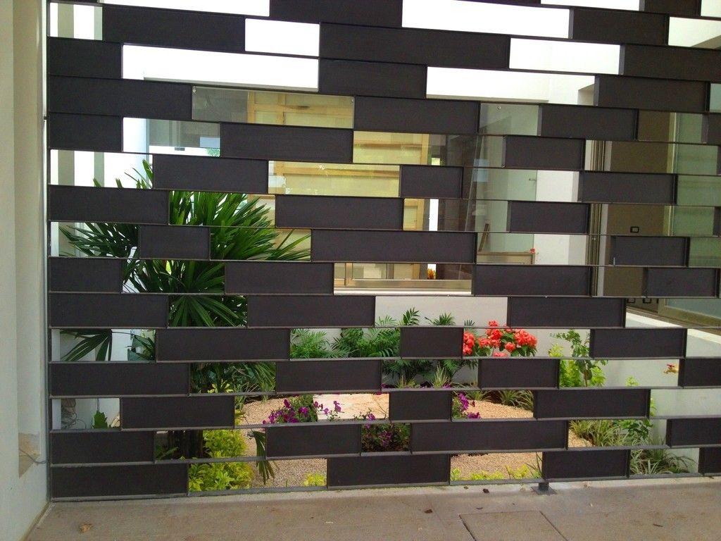 Casa z 26 jard n interior con celos a met lica jardines for Casa moderna con jardin interior