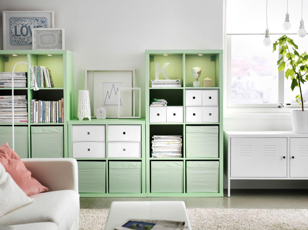 Salón con una combinación de estanterías KALLAX verde menta, marcos ...
