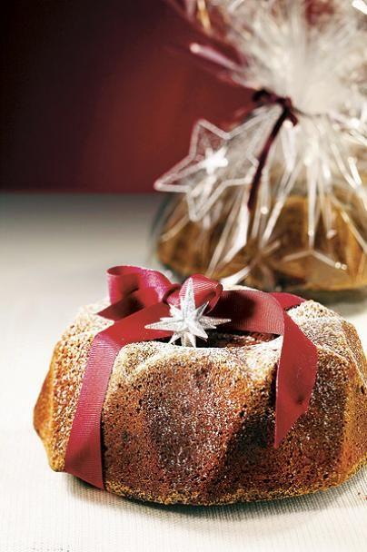 Kahvikaisan taatelikakku on joulunajan klassikko! Yllätä ystäväsi paketoimalla tämä kahvilla maustettu taatelikakku sellofaaniin ja nautiskele toinen kakku itse glögin kanssa.