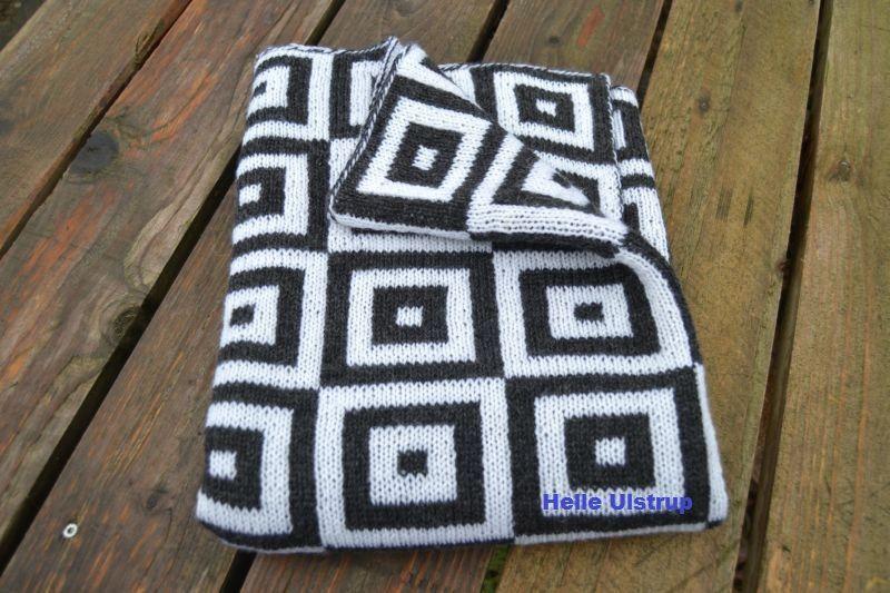 Narrestreger fra Annette Danielsens bog Strik til småfolk. Tæppet er strikket i Baby Ull fra Ulstrupgarn.dk.  Der er brugt ca 5 nøgler i hver farve.