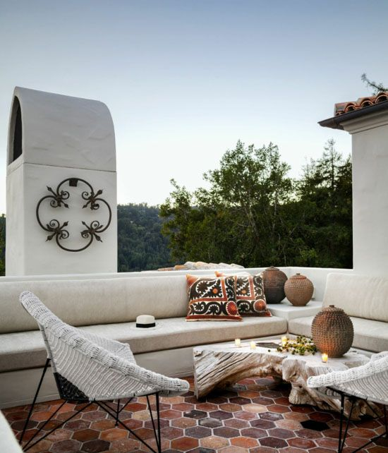 Offene Terrasse Mittelmeerstil Fliesenboden Braun Weiße Sitzmöbel Deko  Kissen Braun Weiß Great Ideas