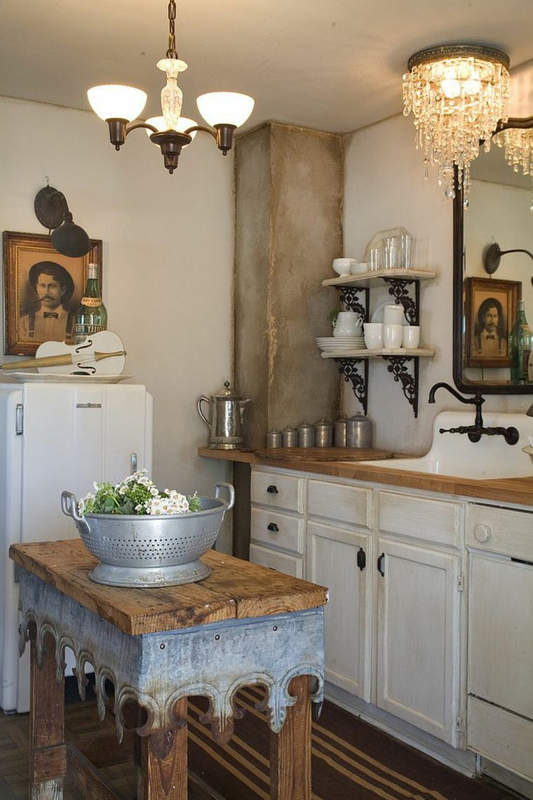 mobili bianchi con top in legno, frigorifero, mensole e lampadari ...
