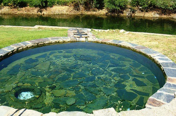 Relajarse y disfrutar del tiempo en Trevejo es fácil. Deja la rutina a un lado y disfruta de la naturaleza, en una piscina natural.