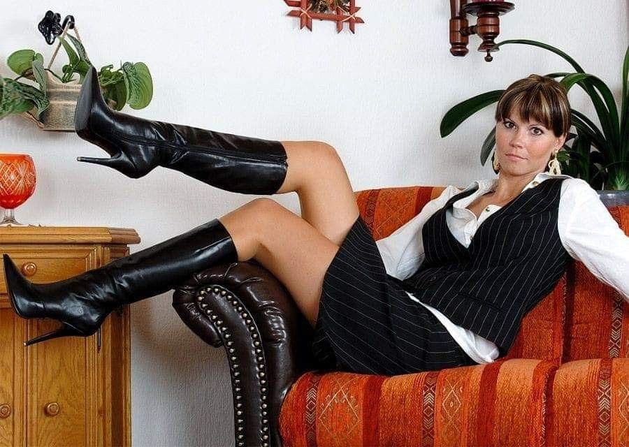 Зрелые девушки в юбках и чулках — pic 15