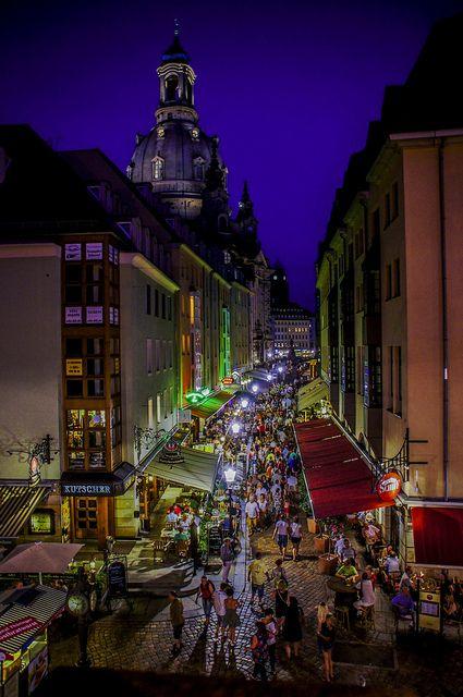 Dresden Munzgasse Im Hintergrund Die Frauenkirche Germany Travel Germany Dresden Germany