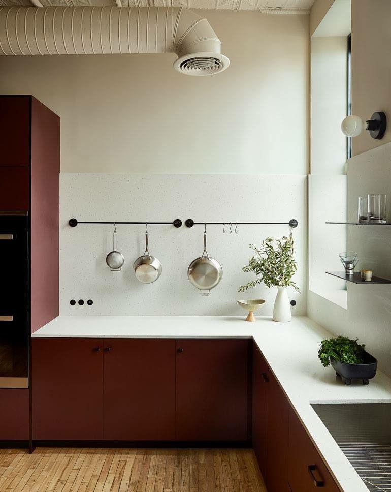 Photo of moderna cucina bordeaux industriale #modernkitchen #industrialkitchen #burgundy # …