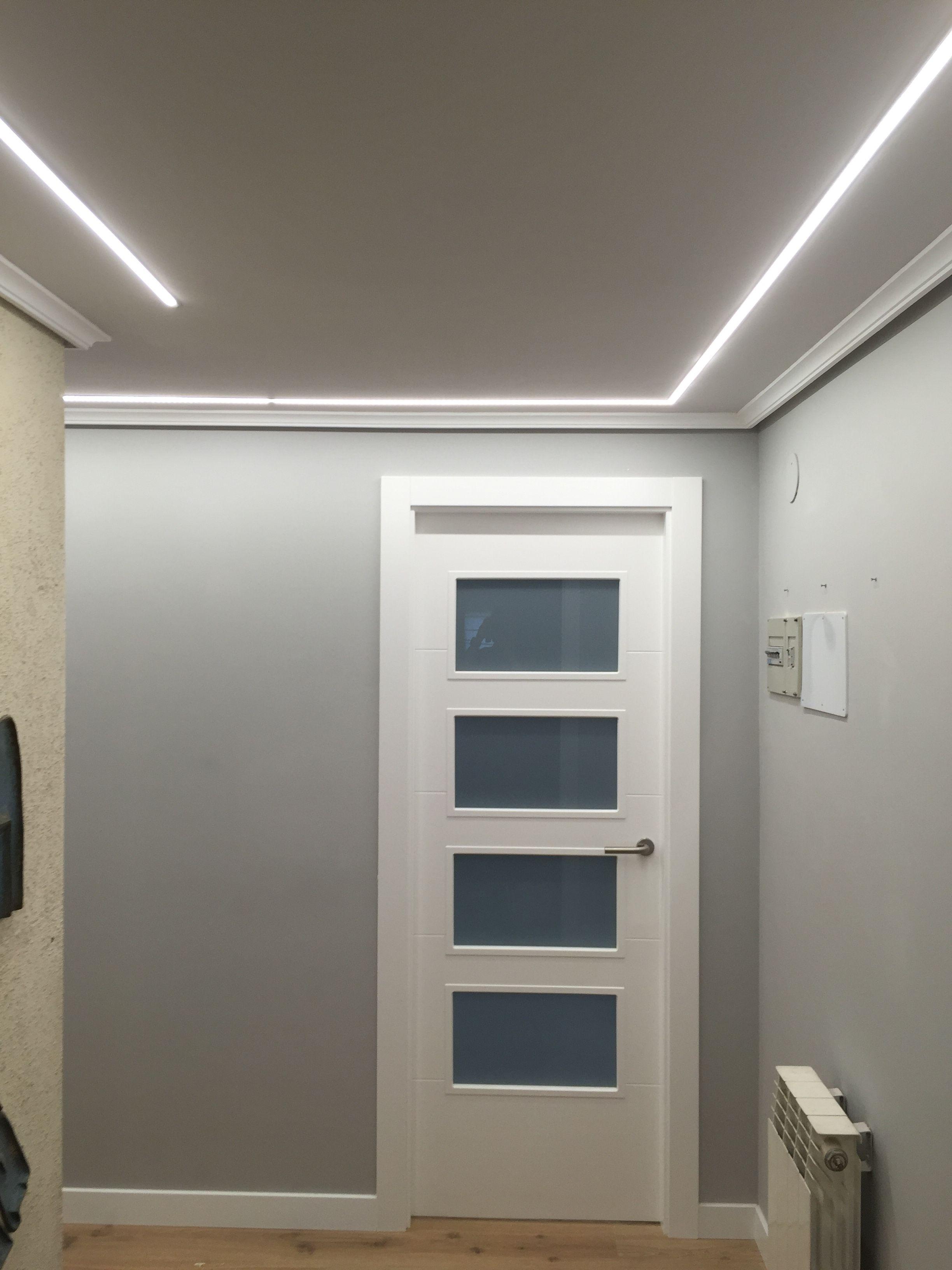 Hall iluminado con tiras de leds empotradas en el techo for Como poner pladur en el techo