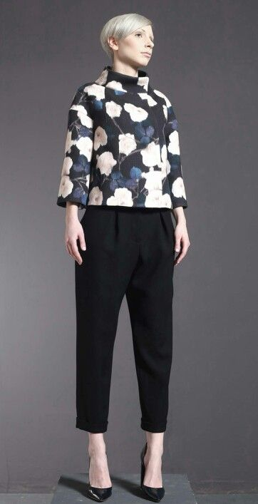 Giacchino di lana stampata e pantalone di crepe di lana doppio.