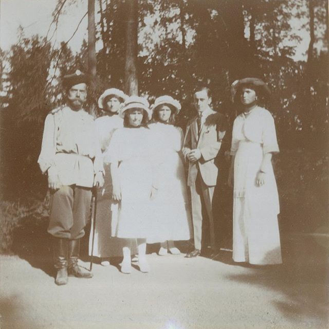 Tsar Nicholas II, Tatiana, Anastasia, Maria, George Mountbatten, 2nd Marquess of Milford Haven, and Olga, 1914 #russian #grandduchesses #tatiana #anastasia #maria #and #olga #romanov #with #their #father #the #tsar #and #their #german #cousin #beautiful #family #russianbeauty #gorgeous #picture #of #them #in #1914 #imperial #russia #history #russianroyalty