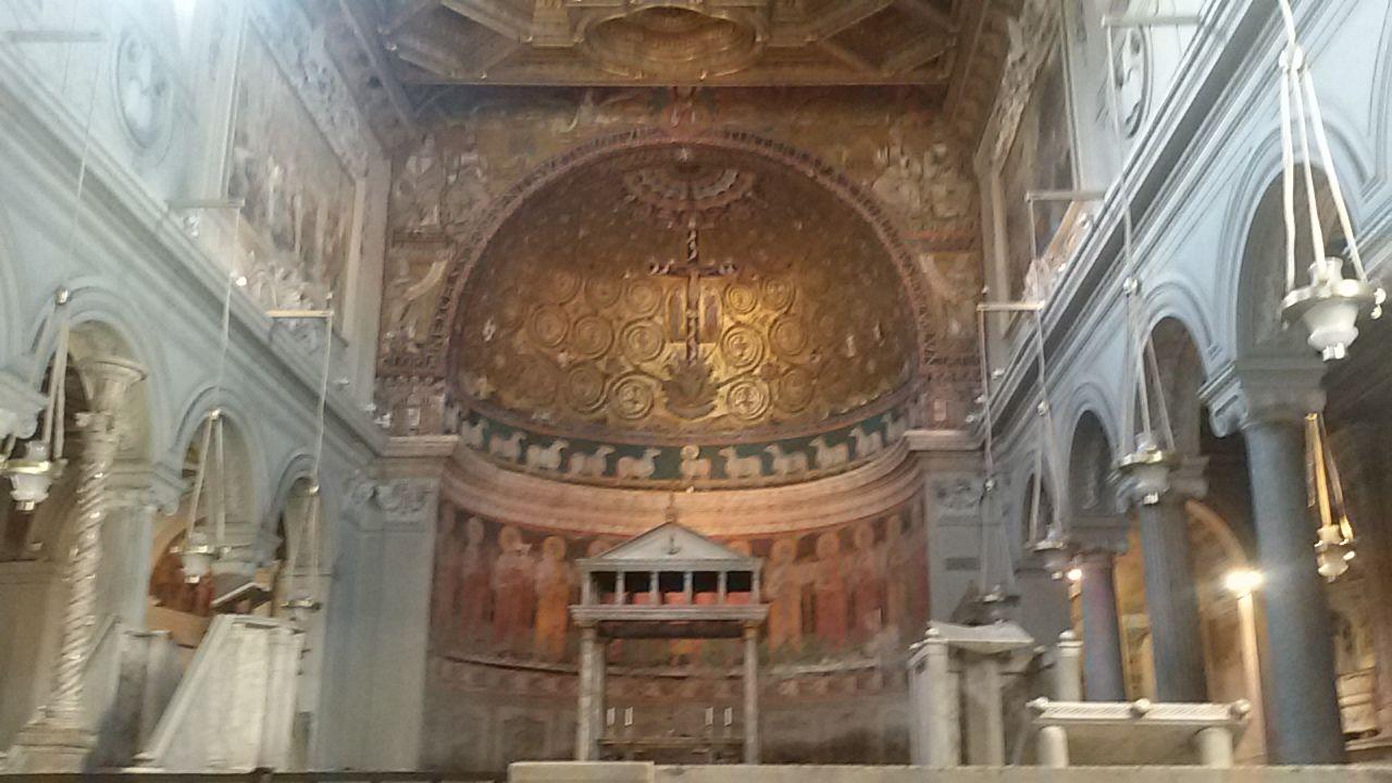 De basiliek San Clemente is een van de oudste christelijke kerken van Rome, maar onder het straatniveau zijn resten van nog veel oudere gebouwen. Ongeveer twintig meter diep zijn delen van huizen gevonden die uit de laatste eeuw van de Romeinse Republiek (± 500 – 27 v.Chr.) stammen en door de grote brand van Keizer Nero zijn verwoest. Bij de wederopbouw van Rome zijn deze huizen als fundering gebruikt voor de nieuwe huizen.