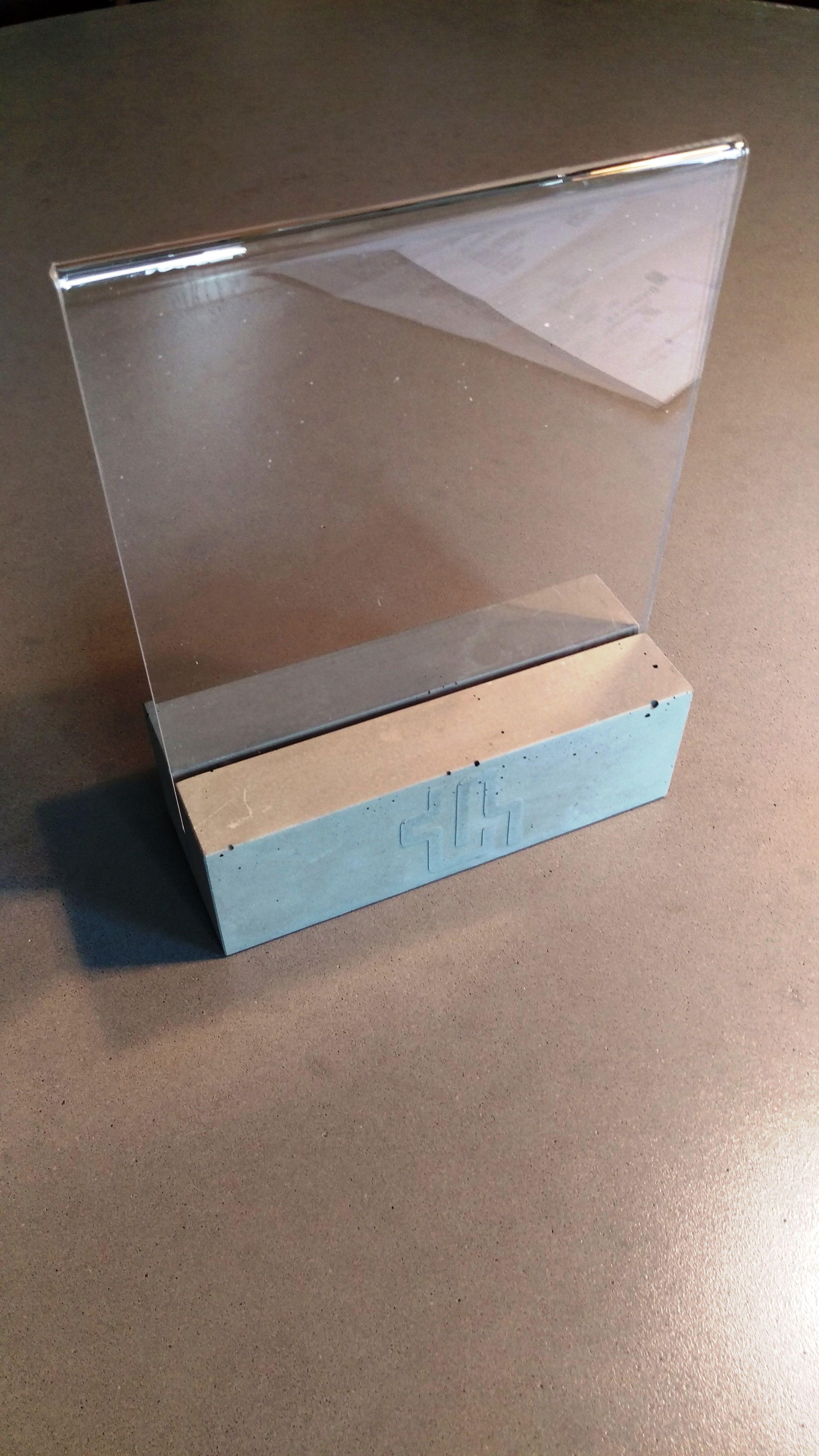 Tischaufsteller Aus Beton Mit Einer Nut Und Plexiglas Aufsteller Betonfarbe Tisch