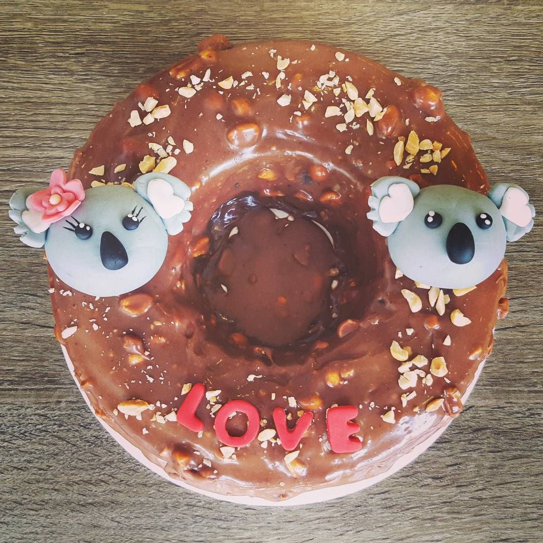 """""""Personalizamos los pasteles medianos y grandes para hacer de tu momento especial mas especial! Llámanos! Pastel Snickers! #koala #love #caketopper #cake…"""""""