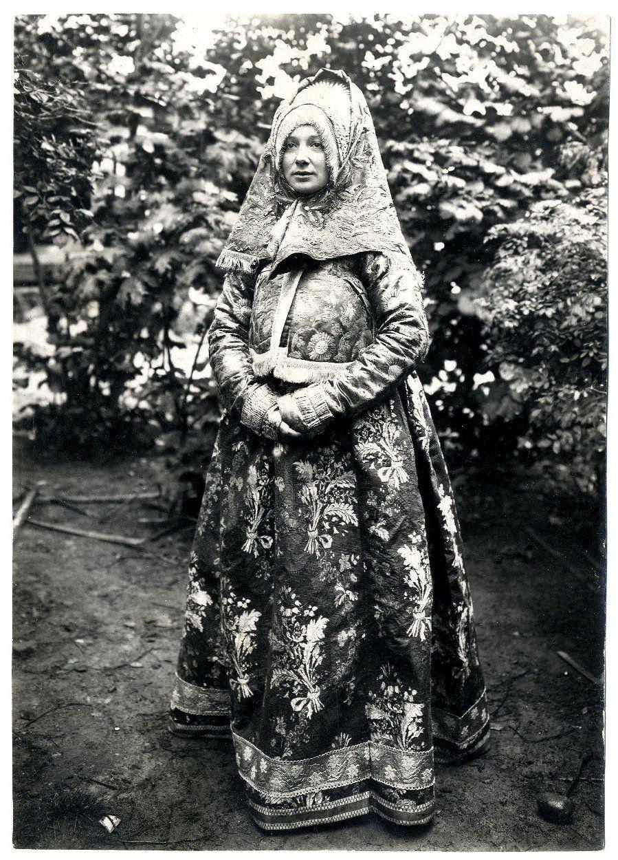 Женщина в наряде Галичского уезда Костромской губ. В.Н ...
