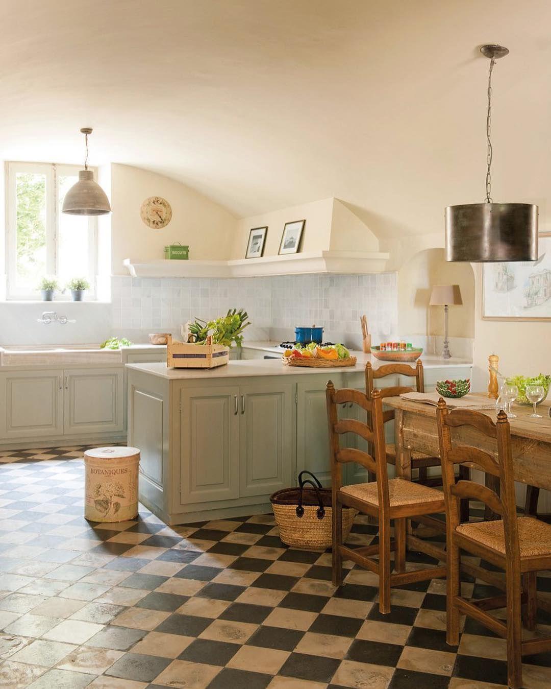 Con un fregadero antiguo y una encimera de mármol blanco esta cocina ...