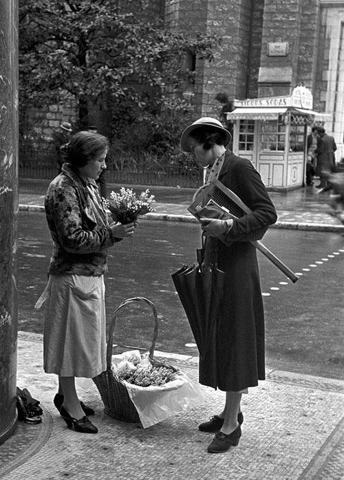 En 1930 déjà, les gens étaient autorisés, le 1er mai, à vendre dans les rues des brins de muguet. / Paris, France.