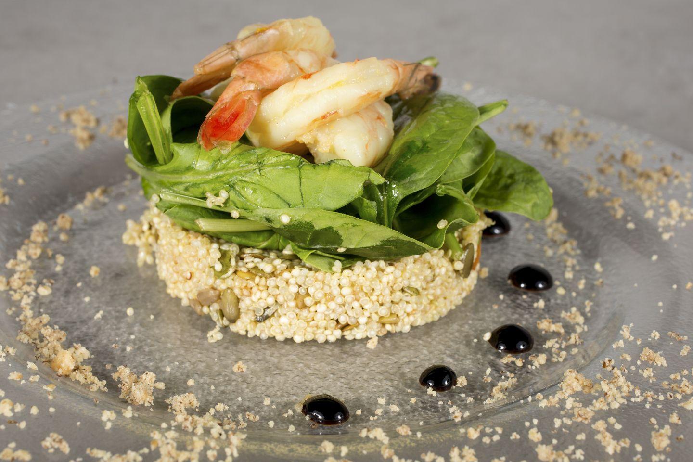 Timbal de langostinos con quinoa