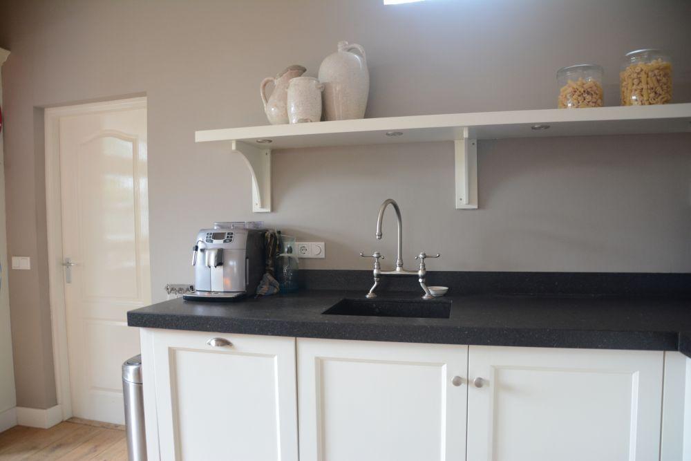 Vri interieur landelijk klassieke keuken in het wit 15 lr for Wit landelijk interieur