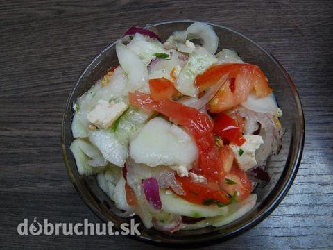 Fotorecept: Uhorkovo rajčinový šalát s údeným tofu syrom