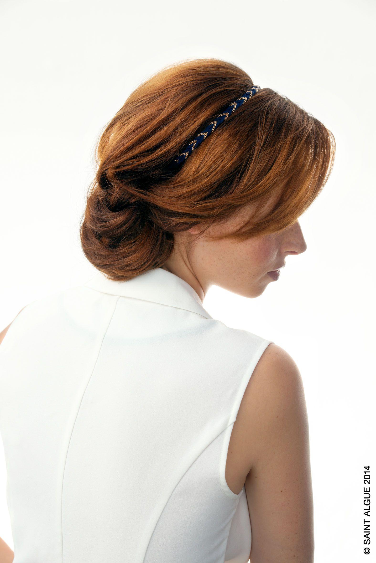 Chignon Romantique L'arrière est crêpé pour donner un léger volume, le headband est positionné ...