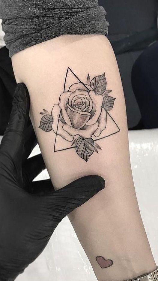 30 wunderbare Rose Tattoo Designs für Mädchen  is part of Tattoo - 30 wunderbare Rose Tattoo Designs für Mädchen  Source tattoo designs, tattoo, small tattoo, meaningful tattoo, tattoo arm, tattoo fonts, watercolor tattoo, tiny tattoo disney tattoo, tattoo quotes, m