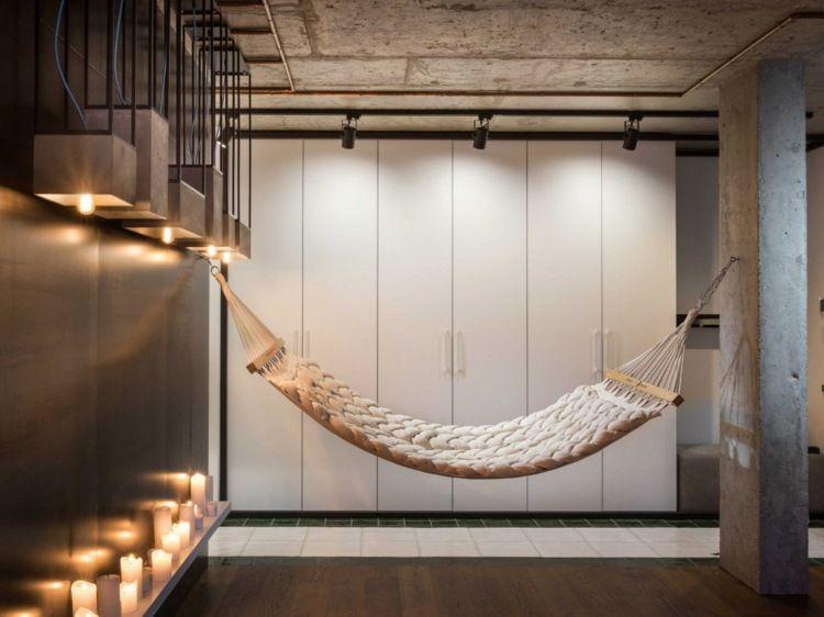 h ngematte f r drinnen gl ckliche kleine m dchen spa drinnen in der h ngematte liegen. Black Bedroom Furniture Sets. Home Design Ideas
