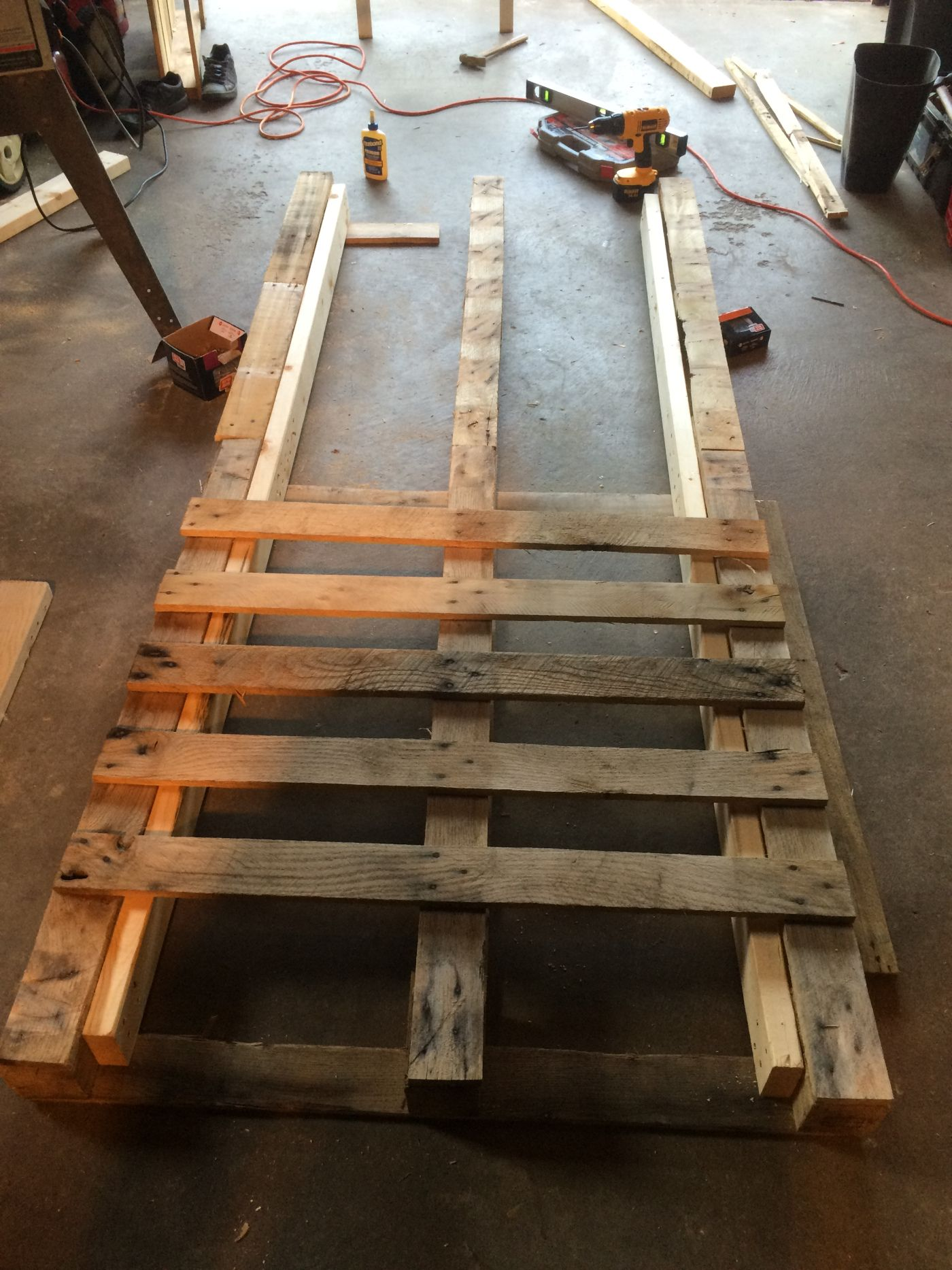 DIY Pallet Day Bed with Roll Out Trundle | Pallet daybed ...