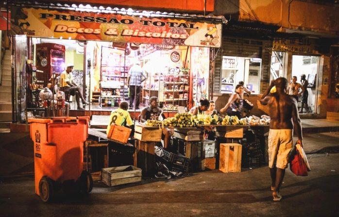Katukauppiaat myymässä tuoreita hedelmiä illalla favelassa. > Rio Janeiro, Brasilia