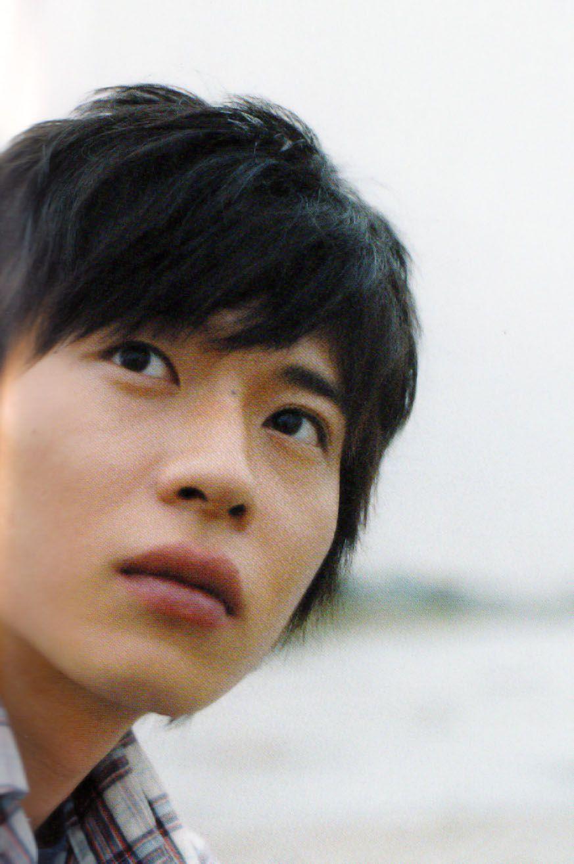 田中圭 色気ある視線を上に向けている