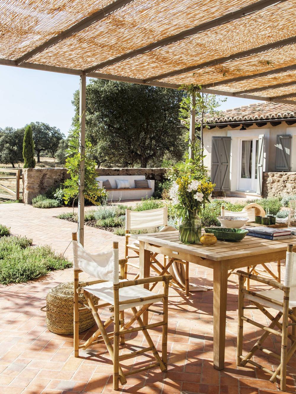 Una Casa De Campo En Toledo Con Alma De Madera En 2020 Muebles De Jardin Techo De Cana Ventiladores De Techo